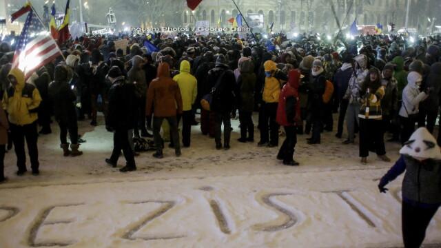 Piata Victoriei din Capitala a fost iarasi animata, pentru a noua seara la rand, in ciuda ninsorii: