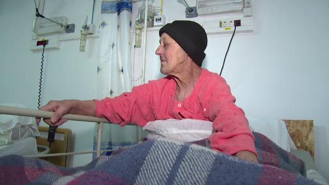 O batrana nevazatoare a ajuns sa locuiasca in spital, la Urgente. Ca sa fie primita in azil trebuie sa moara cineva