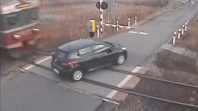 Accident teribil pe o cale ferata din Polonia. Un sofer grabit a fost spulberat de un tren. VIDEO