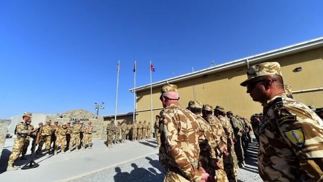 Mai multi ofiteri si subofiteri din armata romana participa la ceremonia transferului de autoritate intre rotatia 3 si rotatia 4 a echipei romane TAAC-South in baza militara din Kandahar, Afganistan.