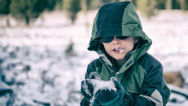 Studiu al cercetătorilor români: în ce condiţii pot copiii să mănânce zăpadă