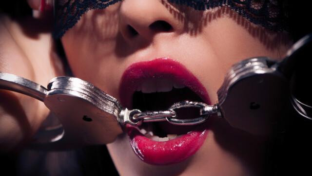 O tânără care practica BDSM-ul, arestată după ce i-a tranșat trupul iubitului