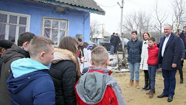 Igor Dodon a donat de ziua sa electrocasnice și rechizite unei familii nevoiașe. FOTO