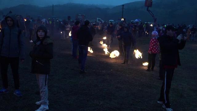 """Tradiții la intrarea în postul Paștelui, în Sebeș: localnicii alungă spiritele rele cu """"opaițele"""""""