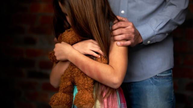 Doi părinţi şi-au pus fiica de 9 ani să se prostitueze. \