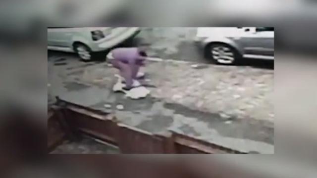 Furt violent în plină stradă. Adolescentă trântită la pământ de un bărbat