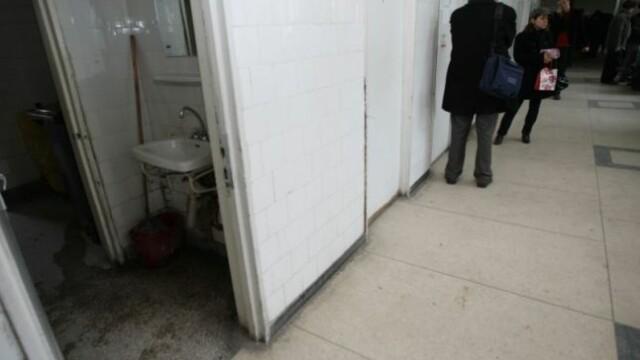 Mamă a doi copii, care nu știa că e însărcinată, a născut în toaleta unui spital din Argeș