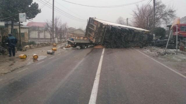 Un TIR s-a răsturnat peste o mașină care transporta butelii, în Constanța