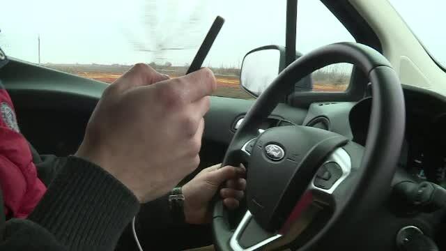 Vorbitul pe telefon sau fardatul la volan, distracții fatale. 7% din drum conducem din reflex