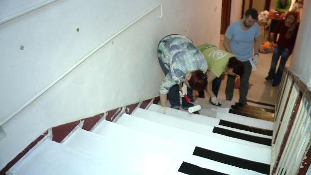 Surpriză pentru elevii unui liceu din Timișoara: scări vopsite ca niște clape de pian