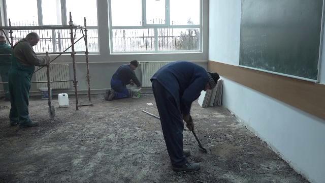 Clasă cu mucegai, într-un liceu din Buzău. Reacția conducerii școlii