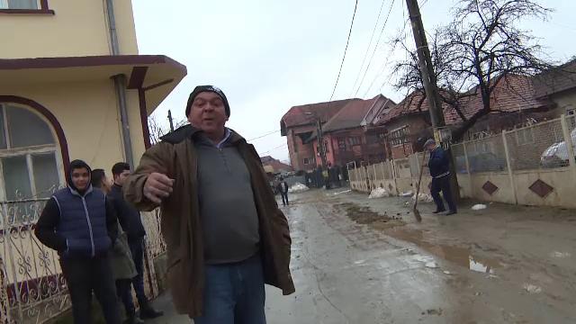 Localnicii dintr-un cartier din Târgu Jiu, în stradă cu lopețile. Care a fost motivul