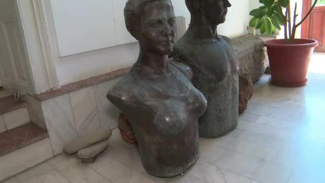 Bustul Arethiei Tătărescu, mutat pentru că avea sânii prea mari. Sculptorul e dezamăgit
