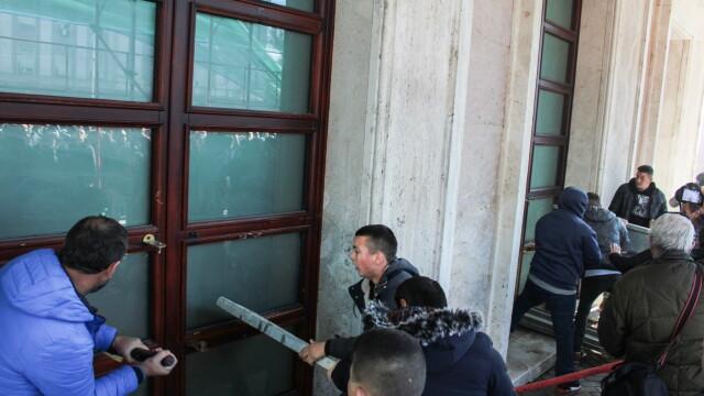 Violențe în Albania, unde premierul e acuzat de corupție. Geamuri sparte la Guvern - Imaginea 1
