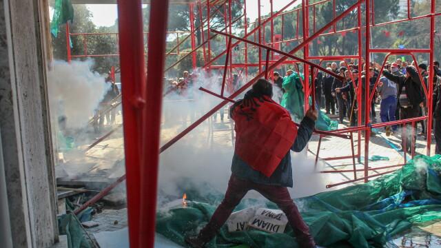 Violențe în Albania, unde premierul e acuzat de corupție. Geamuri sparte la Guvern - Imaginea 3