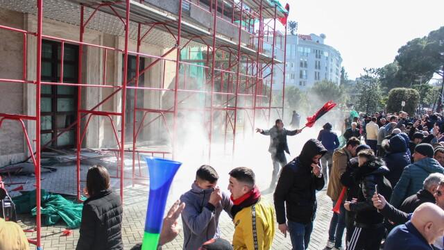 Violențe în Albania, unde premierul e acuzat de corupție. Geamuri sparte la Guvern - Imaginea 4