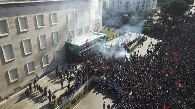 Violențe în Albania, unde premierul e acuzat de corupție. Geamuri sparte la Guvern - Imaginea 5