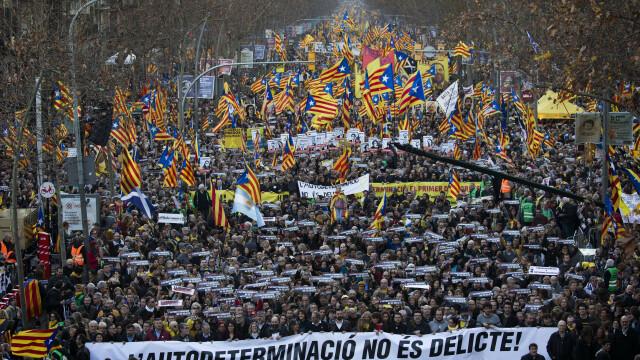 Cel puţin 200.000 de oameni au manifestat la Barcelona contra procesului intentat liderilor catalani - Imaginea 3