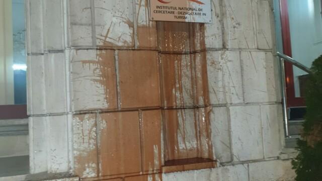 Ce sancțiuni au primit protestatarii care au aruncat cu ketchup în Ministerul Justiției - Imaginea 3