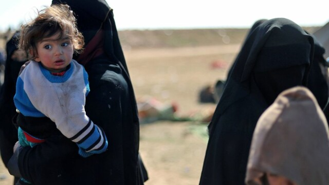 Sute de civili, majoritatea femei și copii, evacuați din ultima enclavă ISIS din Siria