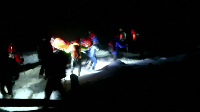 Bărbat îngropat de viu în zăpadă de o avalanşă, în timp ce schia. Cum a fost găsit