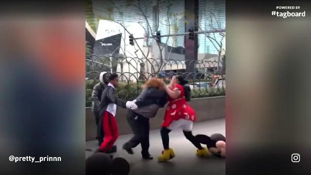 Bătaie între Minnie Mouse și un agent de pază pe străzile din Las Vegas