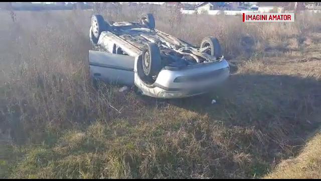 Un bărbat, rănit grav, după ce mașina în care se afla s-a răsturnat. Cum s-a întâmplat