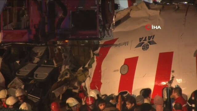 Un avion s-a rupt în două, după ce a ieşit de pe pistă la aterizare pe aeroportul din Istanbul