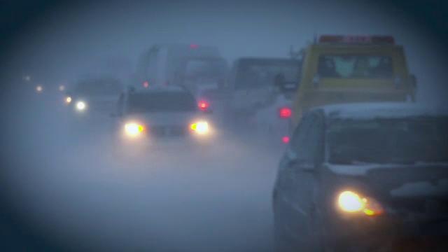 Imagini apocaliptice pe șosele. Sute de șoferi au rămas blocați din cauza viscolului
