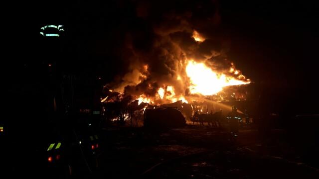 VIDEO. Incendiu violent în Ilfov. O hală de producție a fost mistuită de flăcări - Imaginea 1