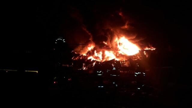 VIDEO. Incendiu violent în Ilfov. O hală de producție a fost mistuită de flăcări - Imaginea 4