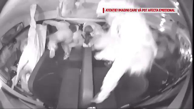 VIDEO. Momentul șocant în care un autobuz plin cu elevi este izbit într-o intersecție