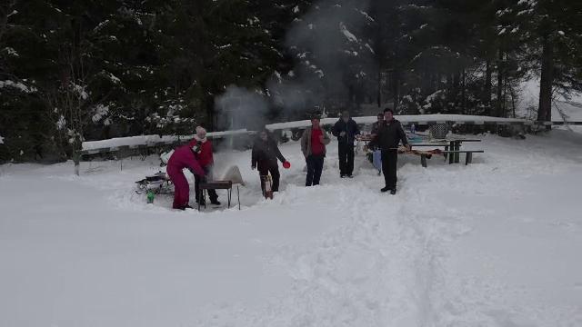 Grătar în mijlocul zăpezii. Turiștii au luat cu asalt Ţara Dornelor din Bucovina
