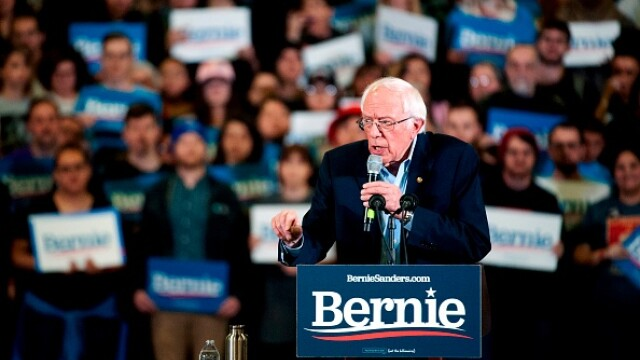 Trei protestatare topless au urcat pe scenă în timpul unui discurs al lui Bernie Sanders