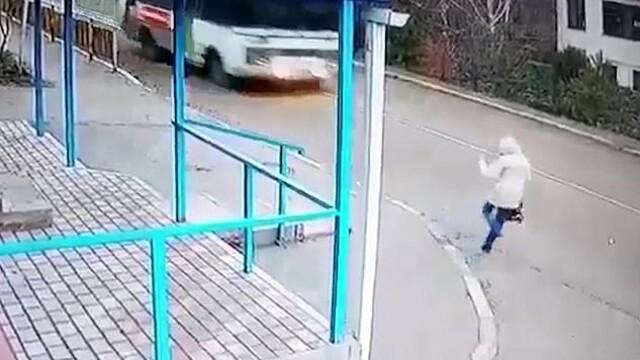 Imagini șocante. O femeie a fost la un pas de a fi spulberată de un autobuz VIDEO
