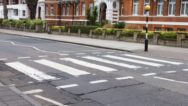 Un pensionar din Marea Britanie, amendat, după ce a pictat o trecere de pietoni pentru soția lui cu dizabilități
