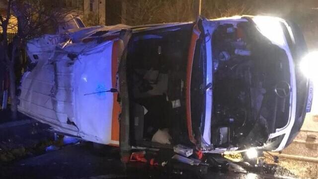 O ambulanţă care transporta o pacientă cu COVID s-a răsturnat în Vrancea. Femeia a murit