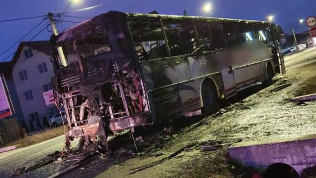 Clipe de groază în Sibiu. Un autocar cu 30 de pasageri a luat foc în trafic