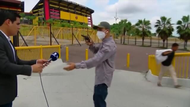 VIDEO. Un jurnalist din Ecuador a fost jefuit în direct, cu un pistol, în timp ce filma
