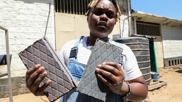 Cum a reușit o tânără din Kenya să recicleze cantități uriașe de plastic pentru a realiza cărămizi mai dure decât cimentul
