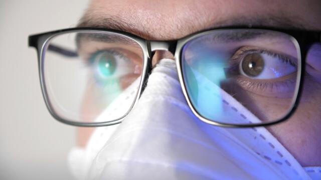 Studiu: Cei care poartă ochelari au risc mai mic de infectare cu Covid-19