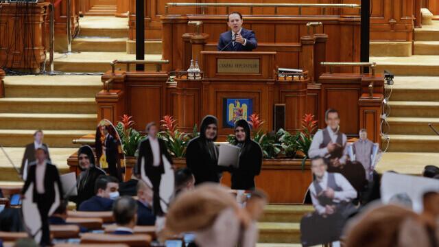 """Circ în Parlament. Premierul Cîțu: """"M-au invitat să vadă cât rezist la înjurăturile lor"""""""