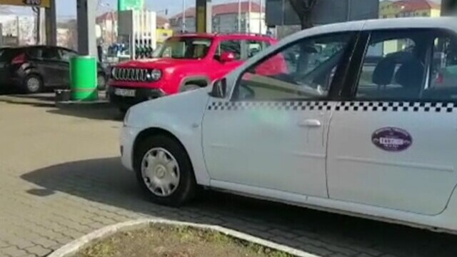Taximetristă din Timișoara, lovită cu o sticlă de doi clienți pe care nu a vrut să-i ia în maşină