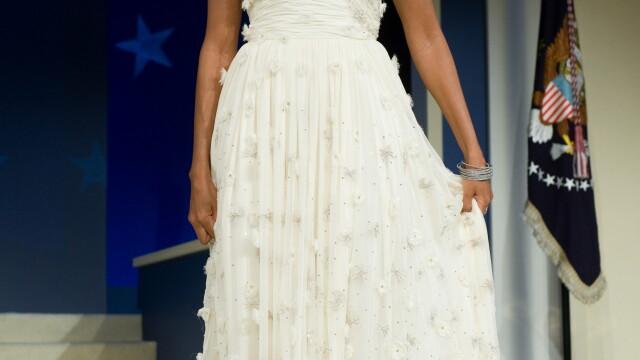 Designerii nu au stiut ca doamna Obama le va purta rochiile la investire! - Imaginea 2