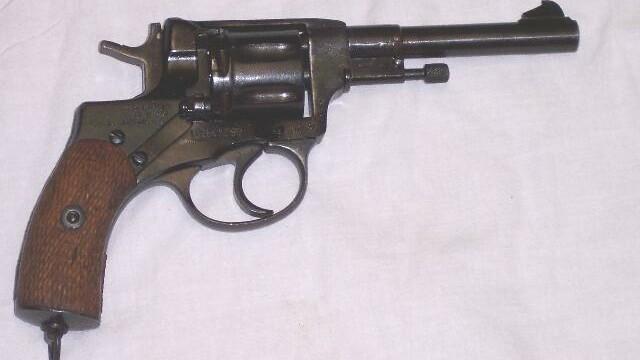 Politistii au descoperit in masina unui hunedorean o arma de 7,62 mm