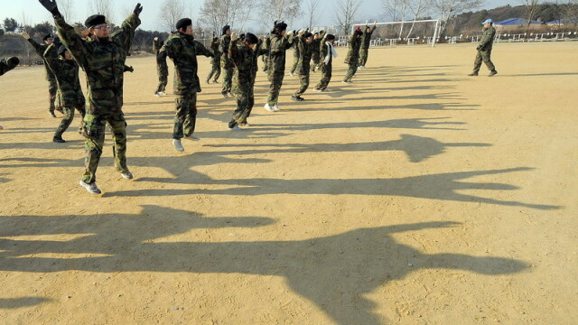 Sud-coreenii isi trimit copiii in tabere militare!Ii pregatesc pentru viata