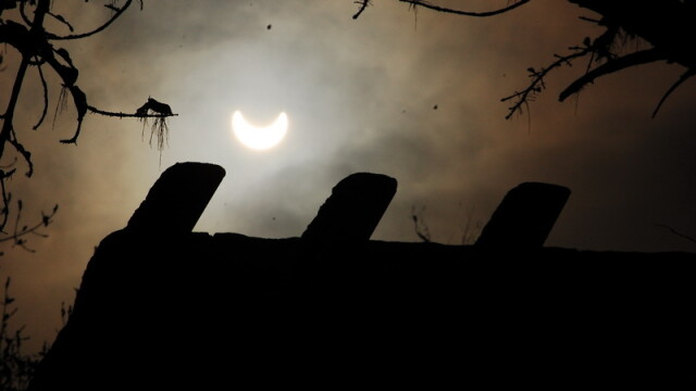 Prima eclipsa partiala de soare din 2011 a durat trei ore. VIDEO si FOTO! - Imaginea 1