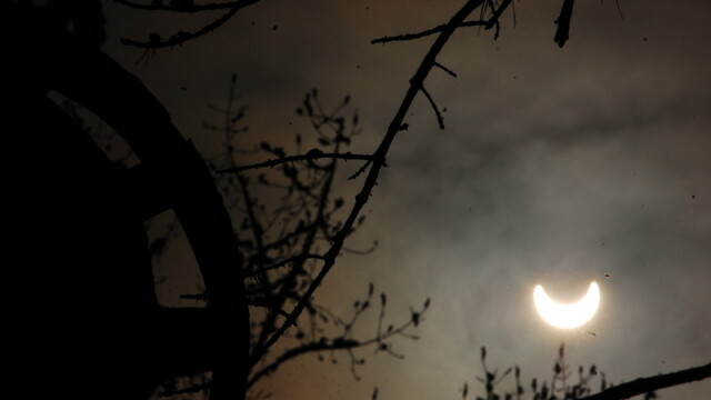 Prima eclipsa partiala de soare din 2011 a durat trei ore. VIDEO si FOTO! - Imaginea 12
