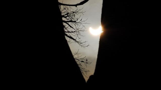Prima eclipsa partiala de soare din 2011 a durat trei ore. VIDEO si FOTO! - Imaginea 23