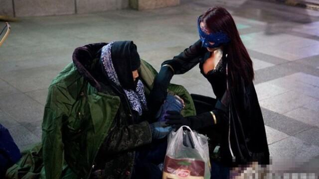 Superwoman pe strazile din Beijing. Gestul impresionant facut de o tanara chiar de Craciun. FOTO - Imaginea 1